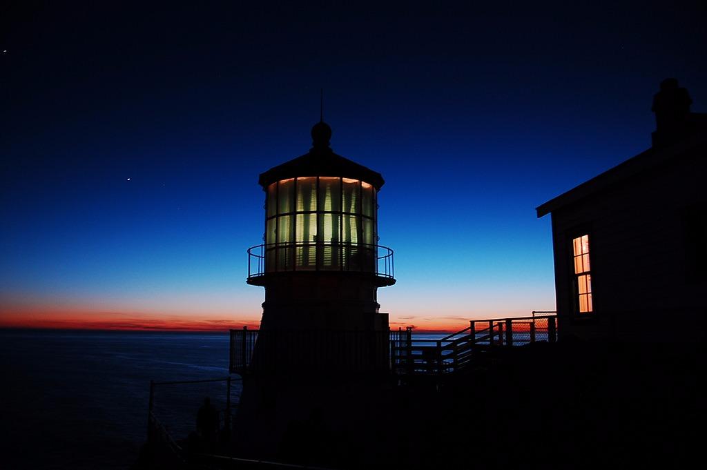 灯塔为大海上航行的船员传递警示信号